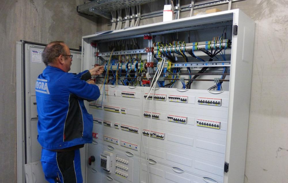 Mitarbeiter der Wegra Anlagenbau GmbH Westenfeld beim Einrichten der Elektrik