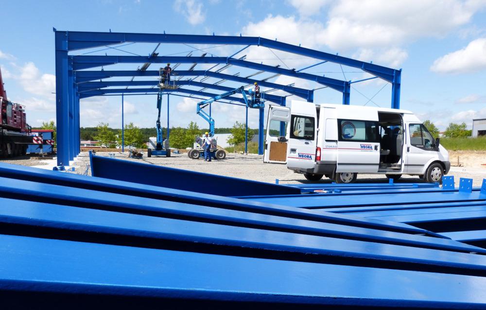 Mitarbeiter der  Wegra Anlagenbau GmbH Westenfeld beim Errichten der Dachkonstruktion einer Fertigungshalle