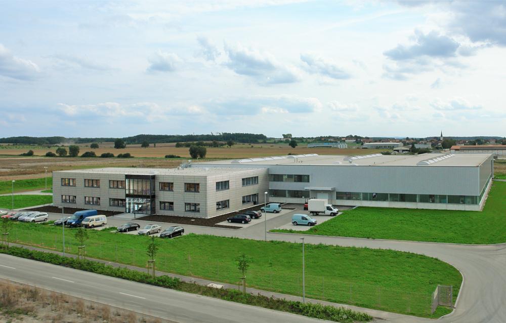 Firmengelände der Köberlein & Seigert GmbH in Grabfeld mit Firmengebäude und Produktionshalle