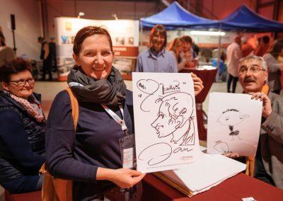 Besucherin eines Thüringer Unternehmens bei der INDUSTRIE INTOUCH 2017 hält gezeichnetes Porträt in der Hand