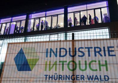 Außenansicht Industrieunternehmen am Abend mit Banner Industrie inTouch Thüringer Wald