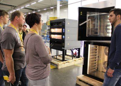 Besucher in einem Industriebetrieb bei der INDUSTRIE INTOUCH Thüringer Wald 2017