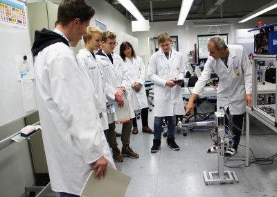 Besucher eines Industriebetriebes bei der INDUSTRIE INTOUCH 2017 während der Unternehmensführung und Präsentation eines gefertigten Produktes