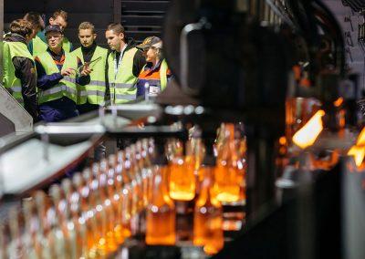 Besucher der INDUSTRIE INTOUCH 2017 bei den Wiegand Glashüttenwerken mit Führung durch die Glasproduktion