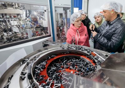 Besucher eines Industriebetriebes bei der INDUSTRIE INTOUCH 2017 während einer Unternehmensführung mit Einblick in die Produktion