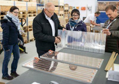Besucher der INDUSTRIE INTOUCH 2017 in einem Unternehmen beim Betrachten der gefertigten Produkte