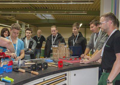Besucher beim Betrachten von Werkzeugen beim Industriebetrieb Rennsteig Werkzeuge im Rahmen der INDUSTRIE INTOUCH Thüringer Wald 2017