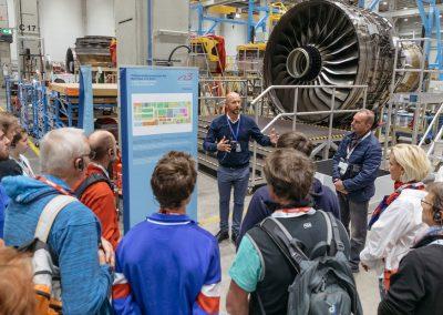 Besucher bei einer Unternehmensführung und Besichtigung eines Triebwerks bei der Industrie inTouch Thüringer Wald 2018
