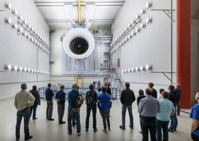 Besucher bei einer Unternehmensführung und Besichtigung einer Turbine bei der Industrie inTouch Thüringer Wald 2018