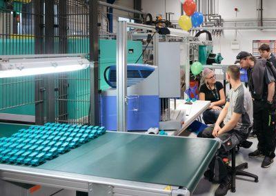 Besucher im Gespräch mit Mitarbeitern eines Industriebetriebs bei der Industrie inTouch Thüringer Wald 2018