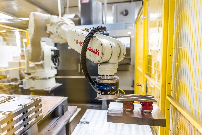Produktionsroboter in Fertigungshalle bei Cutmetall