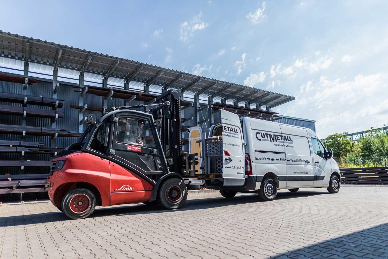 Gabelstapler beläd Transporter in der CUTMETALL Recycling Tools Germany GmbH