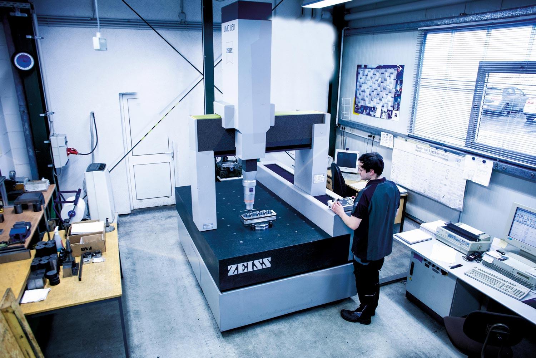 Mitarbeiter in der Produktion von Präzisionsmaschinenbau Suhl Steinbach GmbH & Co. KG