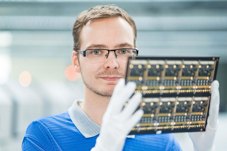 Ein Mitarbeiter der Profectus GmbH arbeitet mit Leiterplatten