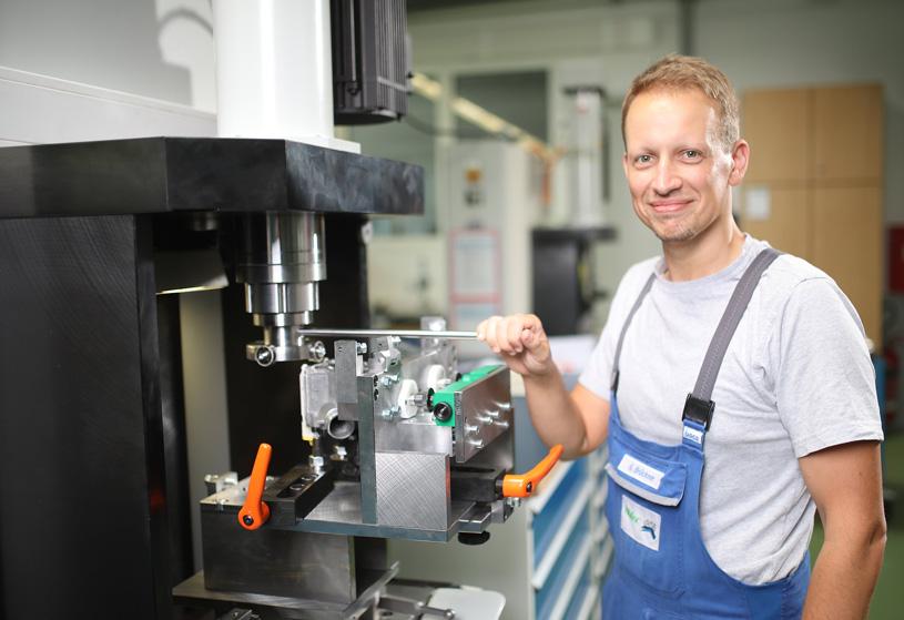 Ein Mitarbeiter der NIDEC GPM GmbH arbeitet an einer Maschine