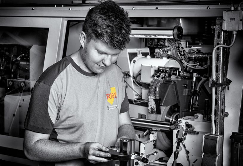 Ein Auszubildender der Sandvik Tooling Supply Schmalkalden arbeitet mit verschiedenen Messgeräten