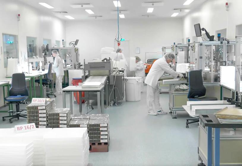 Mitarbeiter in einem Labor von der Thüringer Pharmaglas GmbH & Co. KG