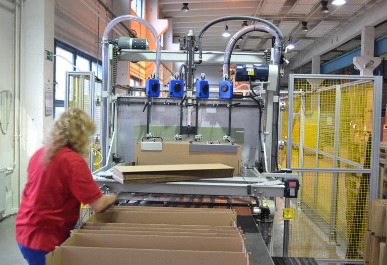 Ein Mitarbeiter der Tillmann Verpackungen Schmalkalden GmbH arbeitet mit Verpackungsmaterial