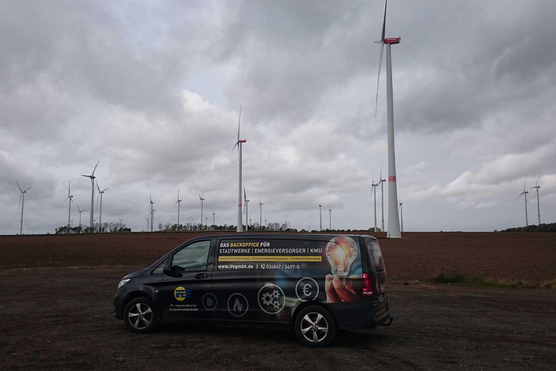 Firmenwagen an Windkraftanlagen-Feld der IfE-Ingenieurbüro für Energiewirtschaft GmbH