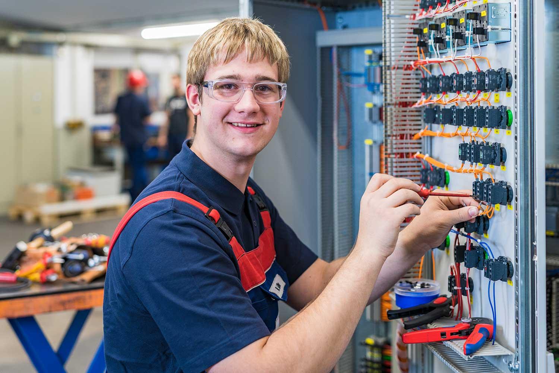 Ein Mitarbeiter der Wiegand-Glashüttenwerke GmbH in der Elektrotechnik